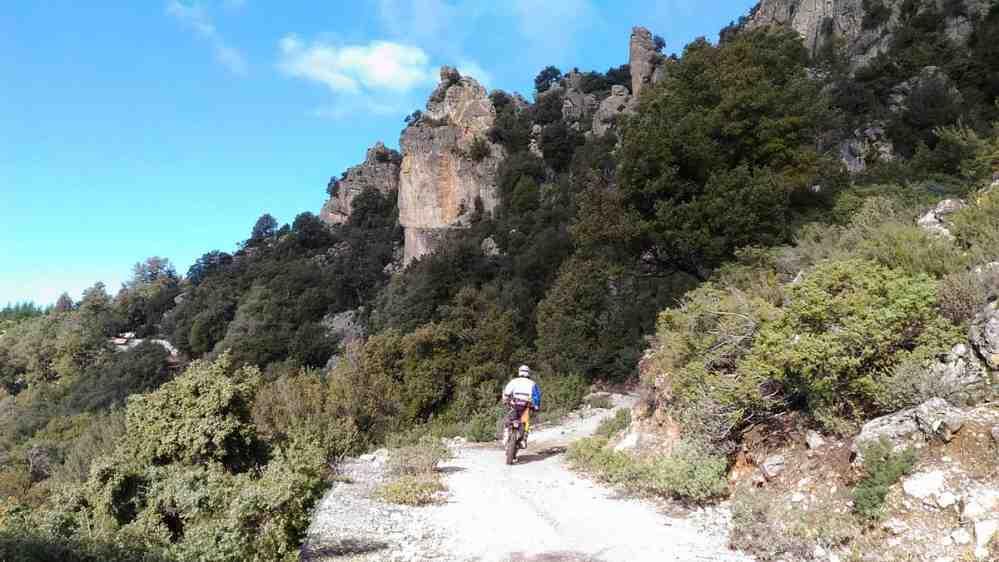 Itinéraire au pied du Supramonte, passant sous les rochers rocheux