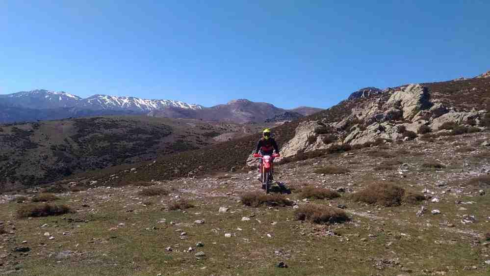 Chemin de promenade avec vue sur les sommets enneigés de Gennargentu